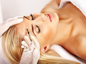 Injektion von Botox bei Stirnfalten